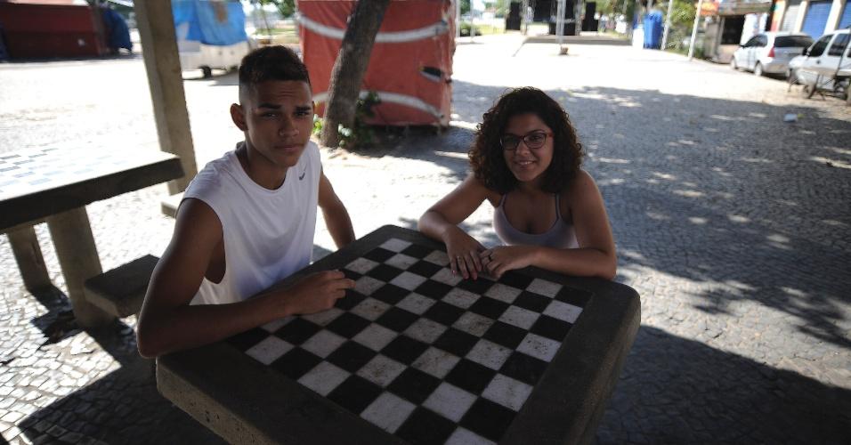 28.abr.2015 - Os estudantes Gabriel Guedes e Nayla Freire, ambos de 16 anos, conversam sentados ao redor de uma mesa em uma área de lazer na comunidade Praia de Ramos, no Complexo de Favelas da Maré, zona norte do Rio de Janeiro