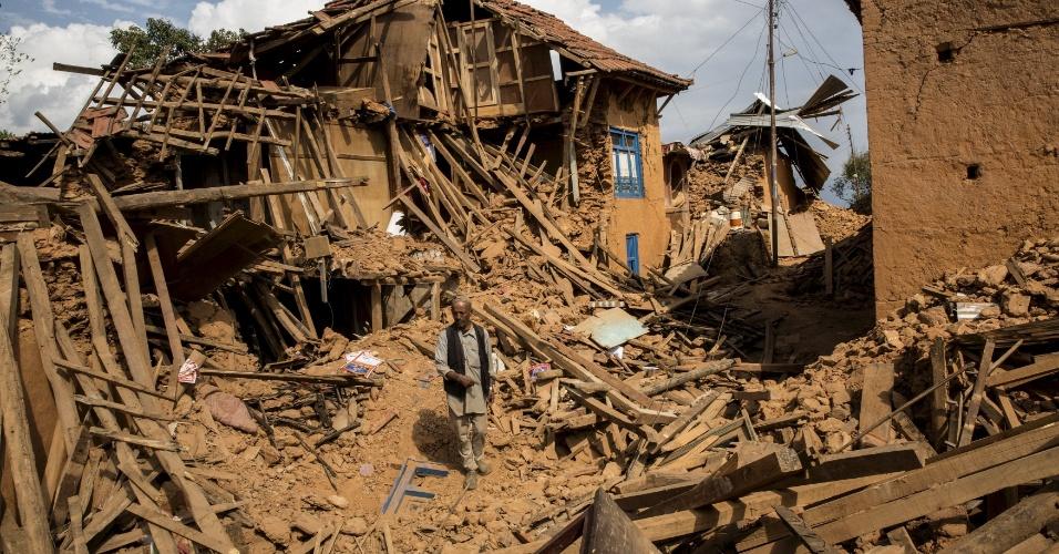 29.abr.2015 - Morador observa nesta quarta-feira (29) a destruição causada pelo terremoto ocorrido no último sábado em construções de Sathighar, a norte de Katmandu. A ONU lançou um apelo a países para que contribuam com abrigo, alimentação e cuidados médicos aos sobreviventes do tremor ocorrido no último sábado, e que causou a morte de mais de 5.000 pessoas no Nepal, sudoeste da China e norte da Índia