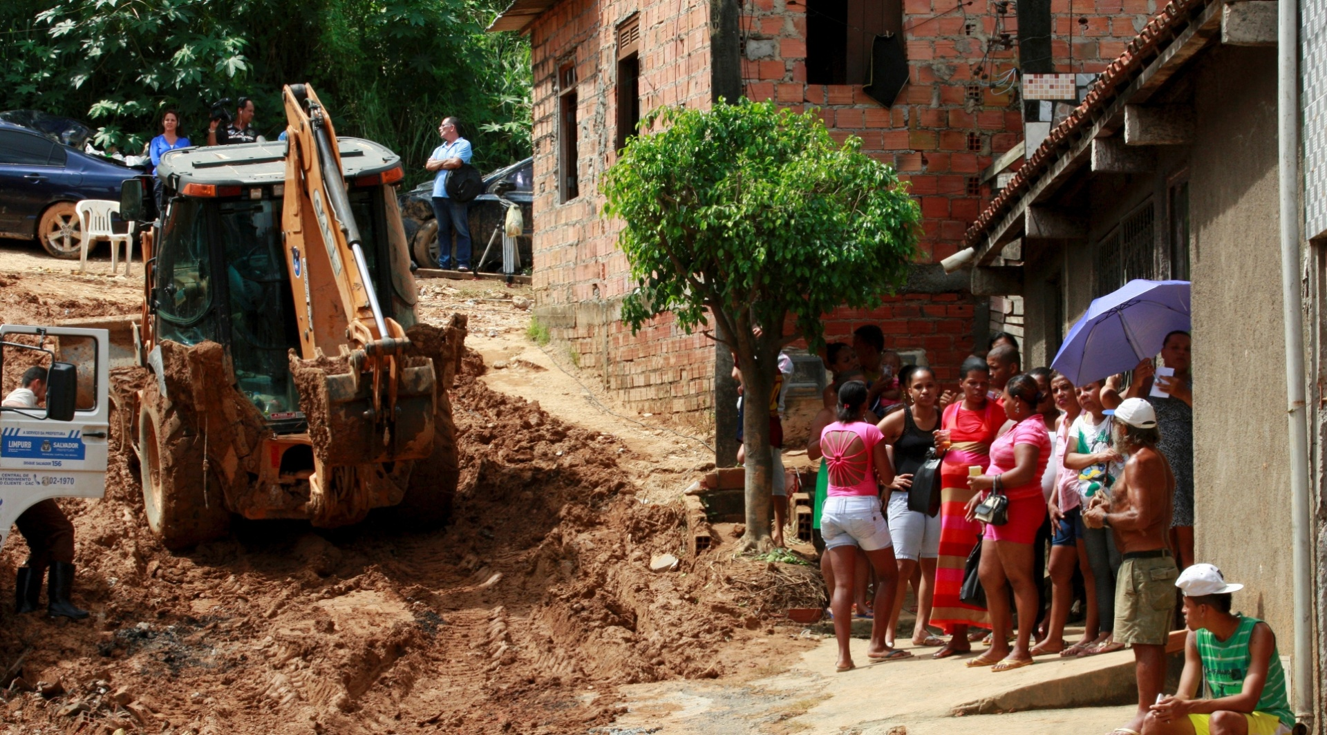 30.abr.2015 - Exército e a Defesa Civil trabalham em conjunto para retirar pessoas de imóveis situados em áreas de risco na localidade do barro Branco, em Salvador, nesta quinta-feira (30), após os deslizamentos provocados pelas chuvas na cidade