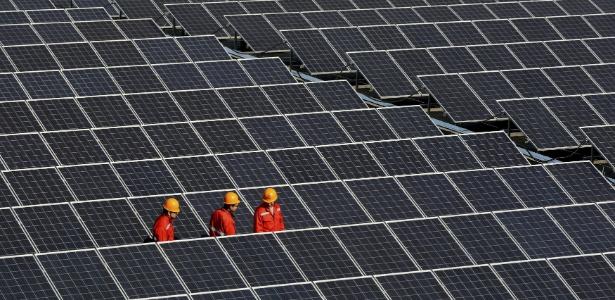 Painéis solares instalados em usina de energia na China