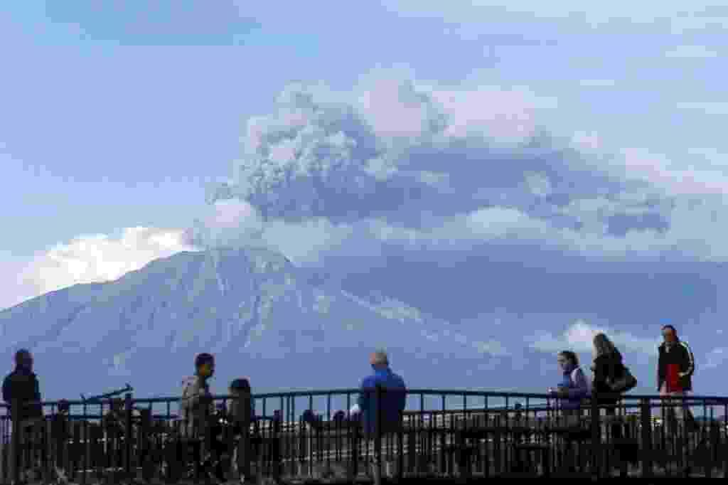 30.abr.2015 - Turistas observaram a nuvem de cinzas expelidas pelo vulcão Calbuco, a partir da cidade de Puerto Varas, na região de dos Lagos, no sul do Chile. Essa é a terceira vez que o vulcão entra em erupção em duas semanas - Mario Ruiz/EFE