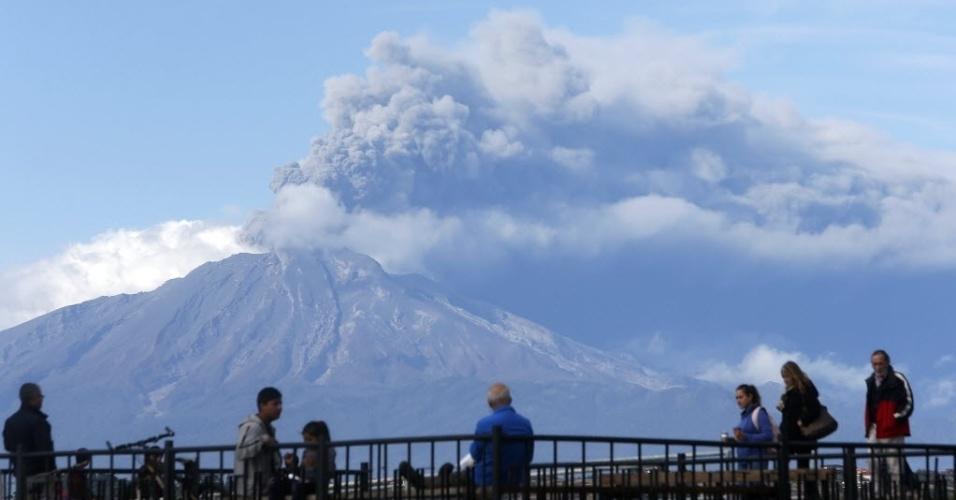 30.abr.2015 - Turistas observaram a nuvem de cinzas expelidas pelo vulcão Calbuco, a partir da cidade de Puerto Varas, na região de dos Lagos, no sul do Chile. Essa é a terceira vez que o vulcão entra em erupção em duas semanas