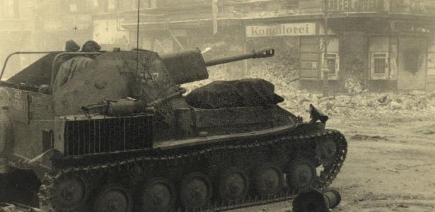 Um veículo blindado russo é retratado na junção entre a rua Ritter e a rua Alexandrinen nesta foto de maio de 1945 em Berlim, na Alemanha - Georgiy Samsonov/Reuters