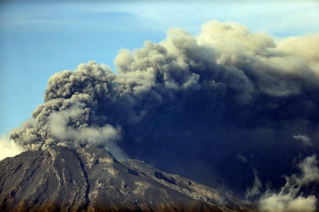 30.abr.2015 - Vulcão Calbuco expele nuvem de cinzas na região dos lagos, no sul do Chile. O vulcão jogou na atmosfera mais de 200 milhões de toneladas de cinzas na semana passada, cobrindo cidades vizinhas, destruindo parte da indústria de salmão e forçando o cancelamento de voos para Buenos Aires