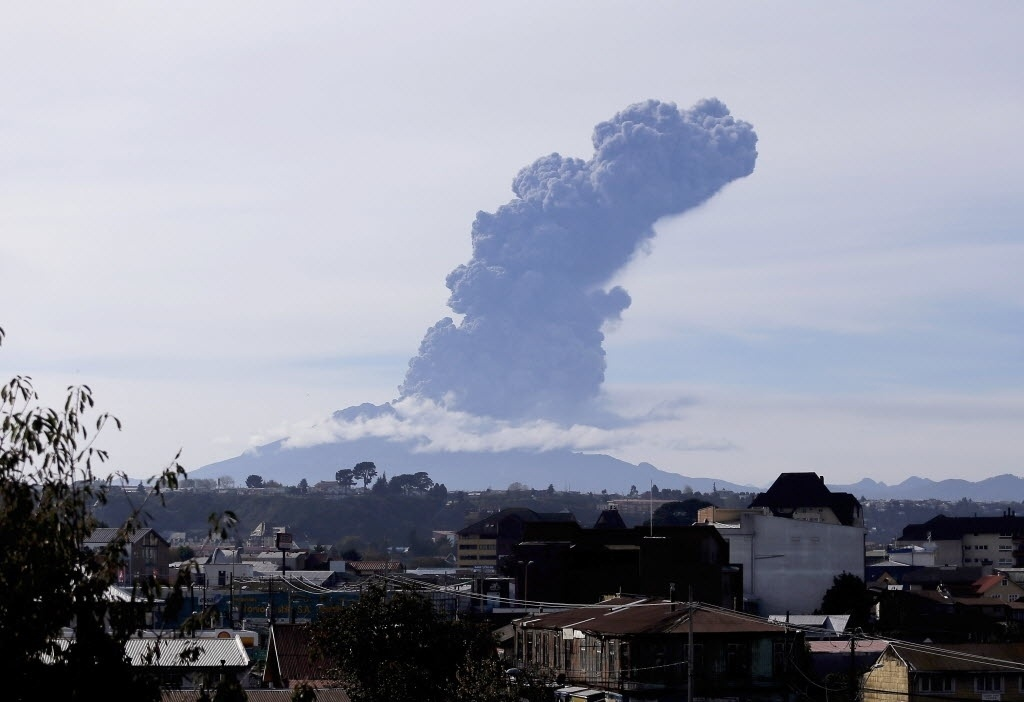 30.abr.2015 - Vulcão Cabulco expele cinzas em uma nova erupção, nesta quinta-feira (30), pouco mais de uma semana depois de voltar à vida, após meio século de inatividade. A imagem foi feita a partir de Puerto Montt, no sul do Chile