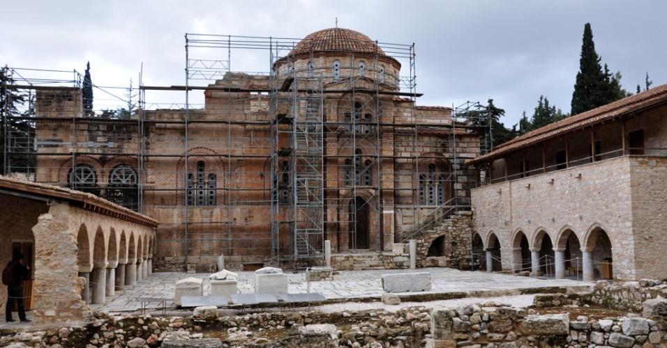 O monastério de Daphni, considerado um dos patrimônios culturais da humanidade, sofreu danos severos quando um terremoto atingiu a região grega primeiro em 1889 e novamente em 1897. Em 1999, o grande terremoto de Atenas danificou seriamente a estrutura da construção, que continua sendo restaurada