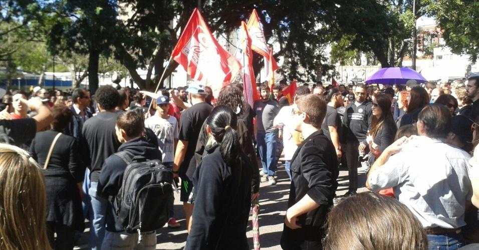 """1.mai.2015 - Aos gritos de """"abaixa a bandeira!"""", manifestantes com bandeiras de partidos e centrais sindicais são hostilizados durante protesto de professores, servidores públicos e estudantes contra o governo estadual na manhã festa sexta-feira (1) no Centro Cívico, em Curitiba"""