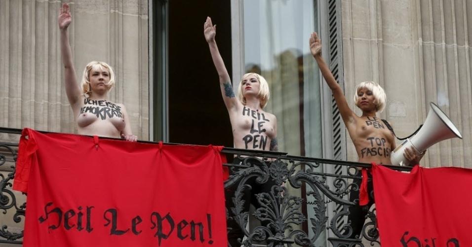 1º.mai.2015 - Ativistas do grupo Femen protestaram nesta sexta-feira (1º), em Paris, contra a líder do partido francês de ultradireita Frente Nacional, Marine Le Pen. Com faixas com a frase