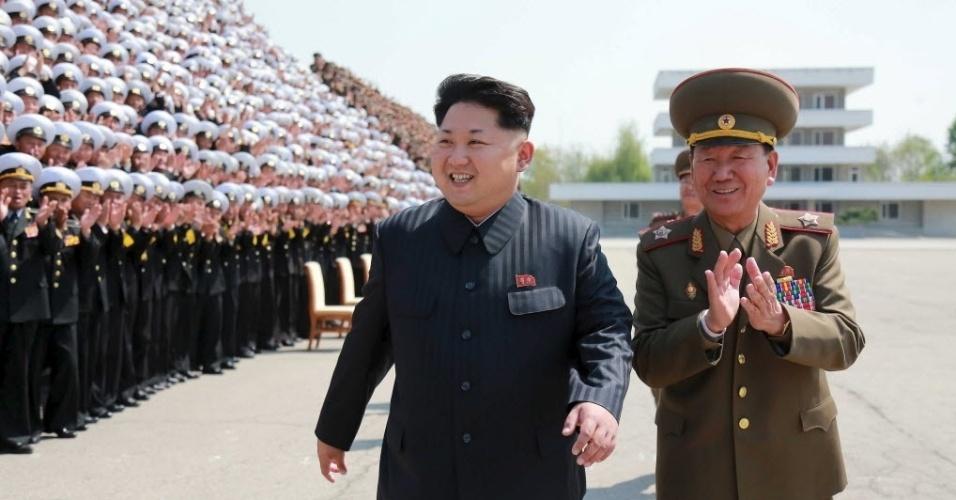 1º.mai.2015 - Líder norte-coreano Kim Jong-un se prepara para uma sessão de fotos com os participantes da V Conferência dos Diretores de Treinamento do Exército, em foto não datada divulgada pela agência oficial da Coreia do Norte