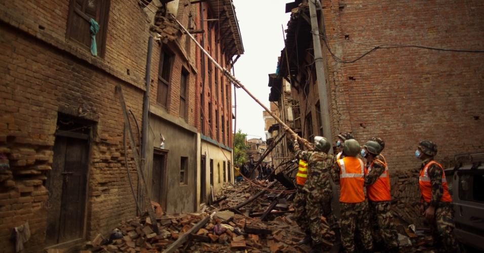 1º.mai.2015 - Militares ajudam no resgate de vítimas do terremoto do último sábado (25) no vilarejo nepalês de Bhaktapur, próximo a Katmandu. O tremor de magnitude 7,8 causou mais de 6.200 mortes no país, que encontra uma crise humanitária pela falta de recursos para lidar com a tragédia
