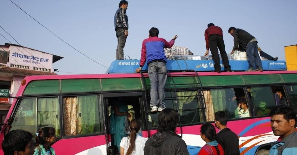 1.mai.2015 - Moradores de Katmandu, capital do Nepal, se preparam para deixar a cidade de ônibus nesta sexta-feira (1º). O terremoto do último sábado (25) devastou a região. Cresce o temor em relação à propagação da doença em razão das restrições de acesso à água potável e a instalações com saneamento