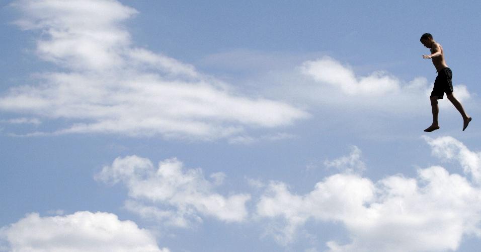 1.mai.2015 - Voar, voar, subir, subir: homem ''levita'' sobre as águas do rio Dnipro, em Kiev, na Ucrânia