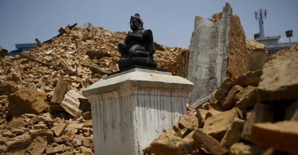 1.maio.2015 - Estátua resiste em meio às ruínas de um templo hindu, em Katmandu, destruído pelo terremoto do último sábado (25) no Nepal
