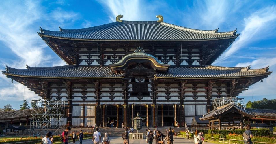 30.abr.2015 - A antiga capital de Nara, localizada no distrito de Nara, ao sul de Kyoto, foi atingida diversas vezes por tremores. O mais recente, em agosto de 2013, provou ser um alarme falso. Os templos e palácios permanecem como testemunho histórico de um país chacoalhado por terremotos. Um alívio para os turistas, que continuam a admirar e venerar o Grande Buda no templo de Todai-ji