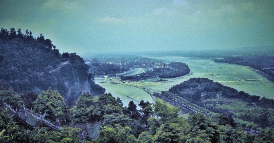 30.abr.2015 - Em 12 de maio de 2008, um terremoto abalou a cidade de Dujiangyan, na China. Listada como patrimônio histórico por seu sistema de irrigação construído em 256 a.C., a cidade fica próximo ao rio Min em Sichuan, próximo à capital regional Chengdu. O tremor danificou alguns dos mais famosos locais históricos, incluindo alguns canais de irrigação que atraem milhares de turistas. Um mês depois, graças aos esforços de reconstrução, vários locais foram reabertos ao público