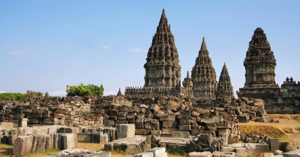 30.abr.2015 - O templo de Prambanan na ilha de Java, na Indonésia, é o maior complexo de templos hindus do país e um dos maiores templos no sudeste da Ásia. O local, incluído na lista de patrimônio cultural da humanidade da Unesco, foi atingido pelo terremoto de 2006. A construção, que data do século 10, resistiu. Muitos acreditam que pela graça do deus Shiva, ao qual é dedicado