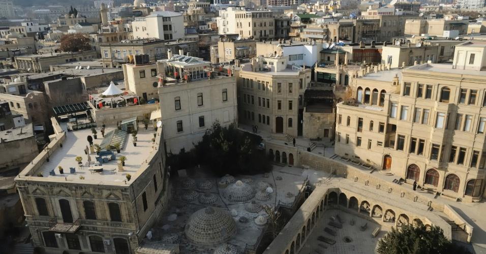 """30.abr.2015 - Protegida por uma muralha, a """"Cidade Velha"""" de Baku com o palácio Shirvanshah e a torre da Donzela é uma fortaleza no coração de Baku, no Azerbaijão. A maioria de sua estrutura, reforçada após a conquista russa em 1806, sobreviveu, juntamente com suas ruas pavimentadas com paralelepípedos. Em 2003, a Unesco colocou a cidade na lista de patrimônio cultural da humanidade, três anos após um terremoto atingir o local"""