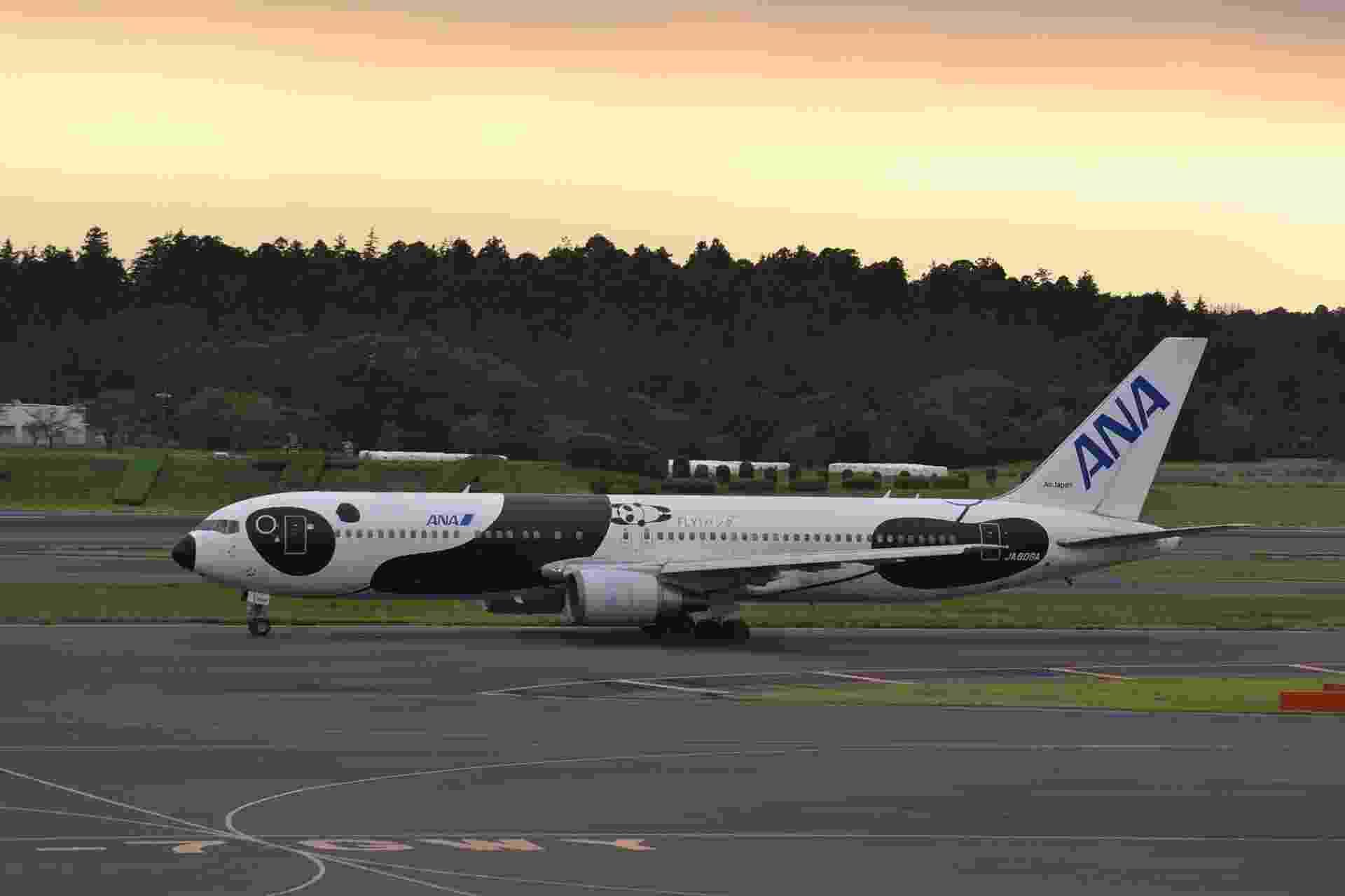 A All Nippon Airways (ANA) decorou um Boeing 767-300 para ficar parecido com um panda; o objetivo foi celebrar 20 anos de voos para a China, e 35 anos de relações pacíficas entre China e Japão - Alec Wilson/Flickr