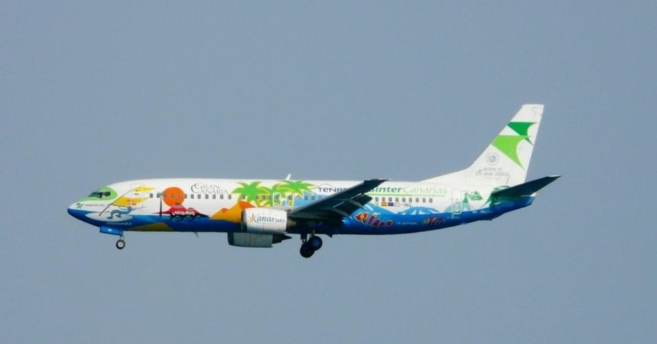A empresa aérea espanhola Binter Canarias decorou seu Boeing 737 com desenhos de praia, em homenagem às Ilhas Canárias