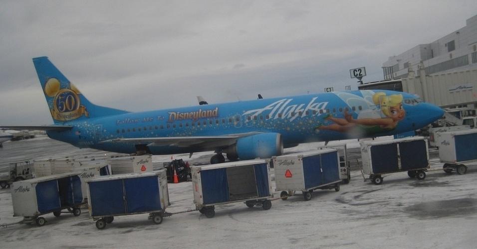A fada Sininho, companheira de Peter Pan nos clássicos da Disney, é a personagem neste avião da Alaska Airlines