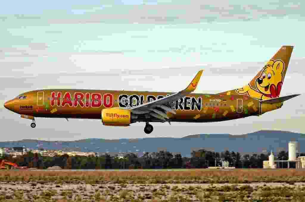 Avião da empresa aérea alemã TUIFly traz na pintura o ursinho símbolo da marca Haribo, que fabrica doces e balas de gelatina em formato de ursinhos - Ricardo Gomes/Flickr