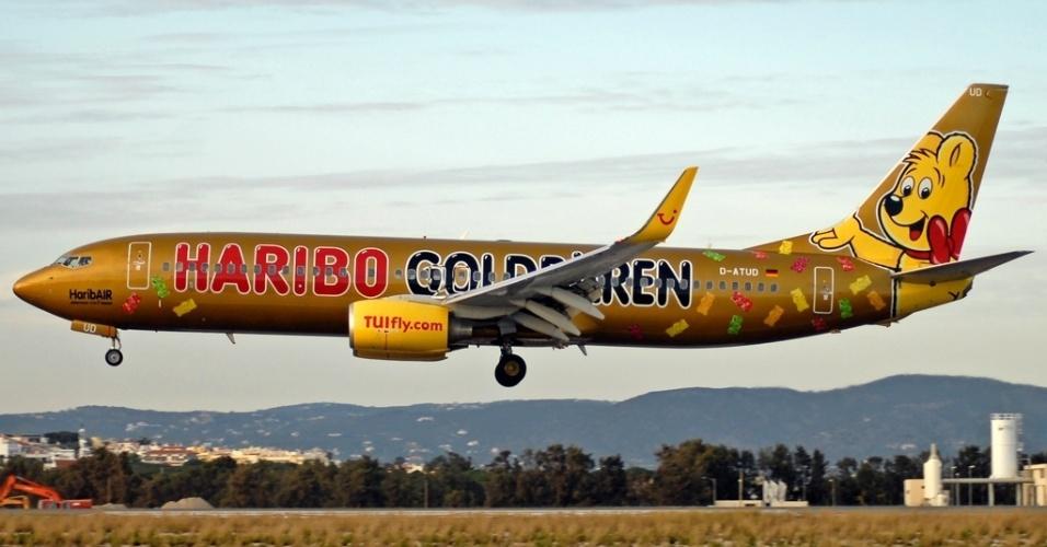 Avião da empresa aérea alemã TUIFly traz na pintura o ursinho símbolo da marca Haribo, que fabrica doces e balas de gelatina em formato de ursinhos