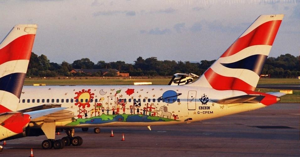 Este avião da British Airways traz uma ilustração em homenagem a Blue Peter, um programa de TV para crianças produzido pela BBC e muito popular no Reino Unido