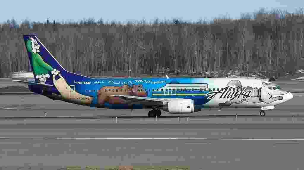 """Figuras típicas da neve ajudam a """"transformar"""" esse avião da Alaska Air em um trenó - BriYYZ/Flickr"""