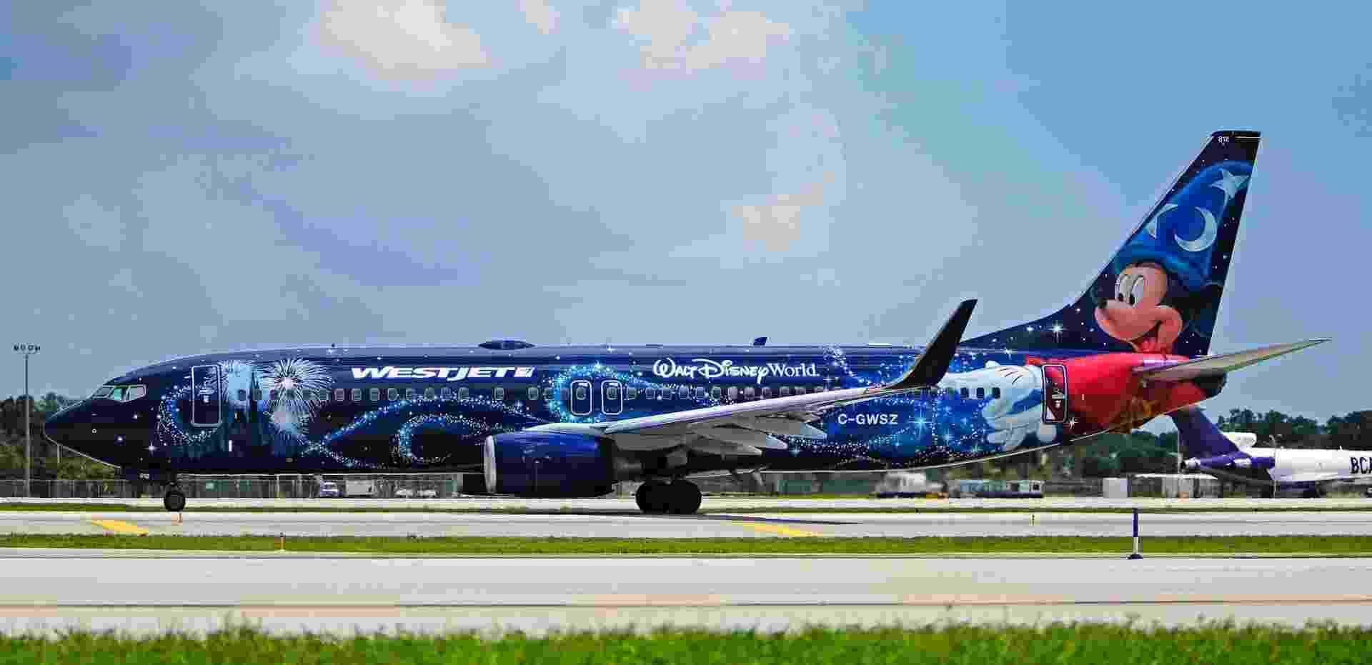 """Mais um da Disney: aqui, o avião da WestJet traz Mickey Mouse no papel de feiticeiro no filme """"Fantasia"""" - JT Occhialini/Flickr"""