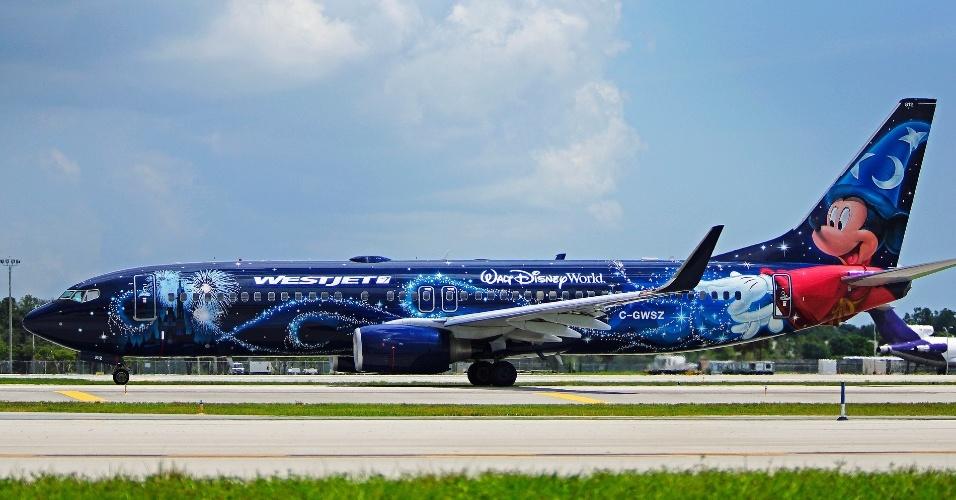 """Mais um da Disney: aqui, o avião da WestJet traz Mickey Mouse no papel de feiticeiro no filme """"Fantasia"""""""