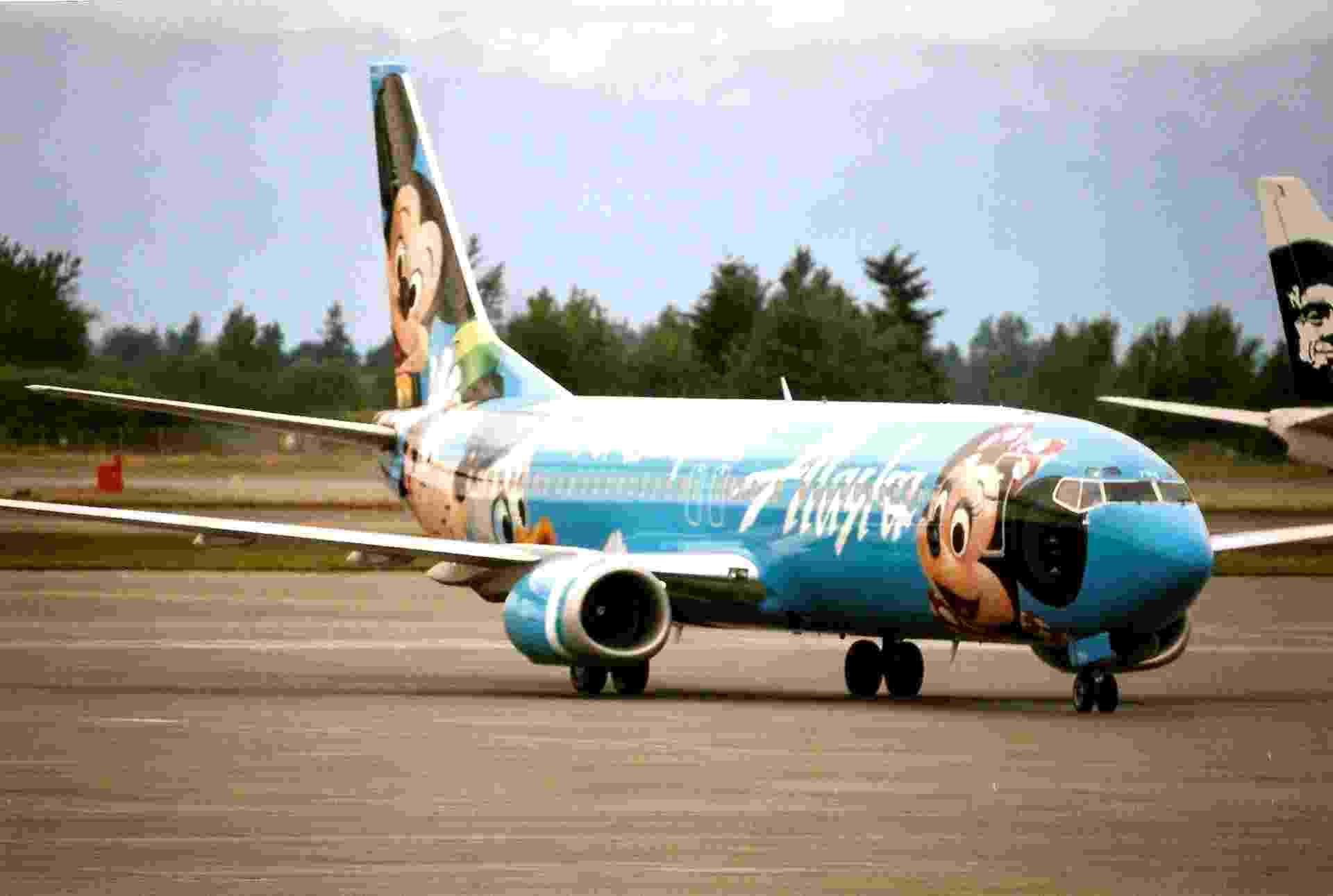 Mickey, Minnie e Pato Donald ilustram esse avião da Alaska Air - Bill Abbott/Flickr
