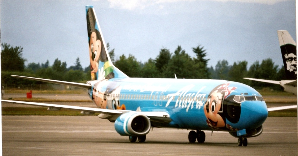 Mickey, Minnie e Pato Donald ilustram esse avião da Alaska Air