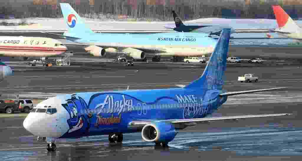 """O Gênio da lâmpada de Aladdin, personagem da Disney, estampou o avião da Alaska Airlines em 2006, comemorando a parceria entre as duas empresas e a ONG """"Make a Wish"""", de apoio a crianças - Frank Kovalchek/Flickr"""