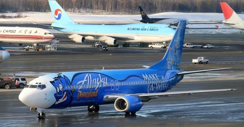 """O Gênio da lâmpada de Aladdin, personagem da Disney, estampou o avião da Alaska Airlines em 2006, comemorando a parceria entre as duas empresas e a ONG """"Make a Wish"""", de apoio a crianças"""