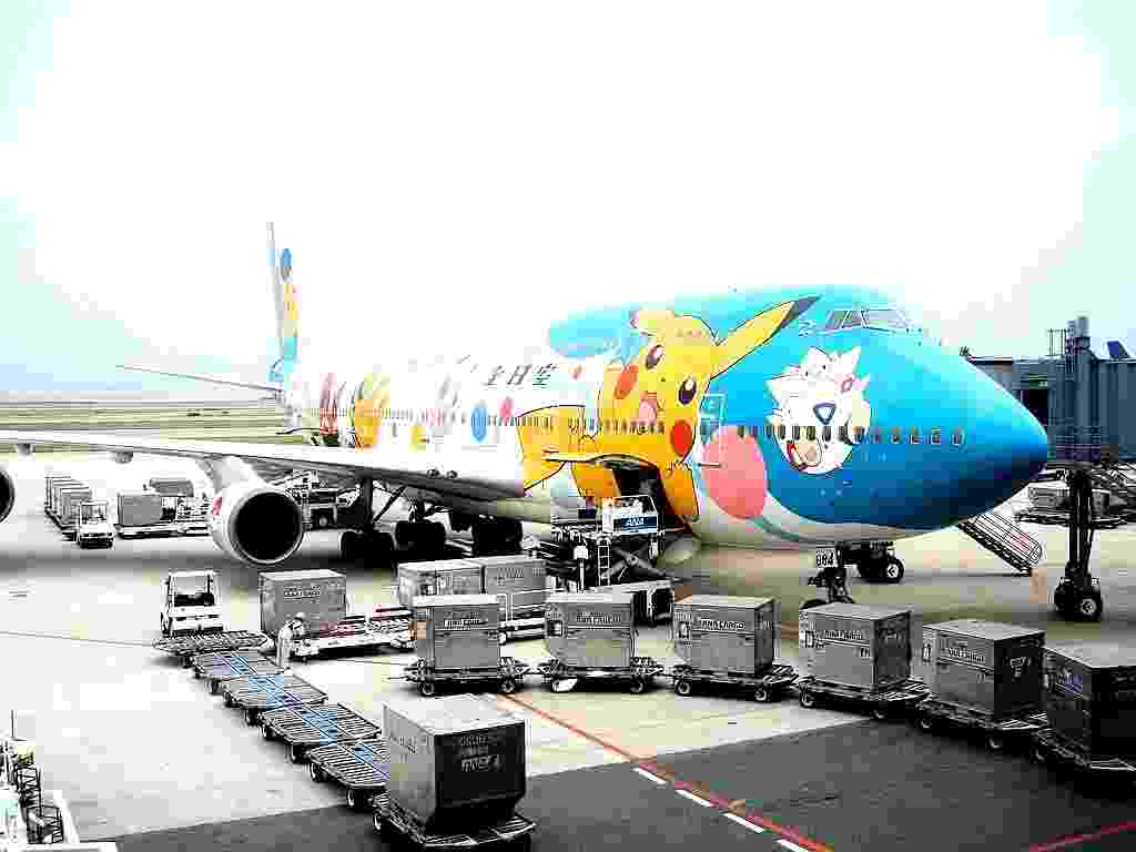 Personagens do desenho Pokémon ilustram o avião Boeing 747-400 da All Nippon Airways (ANA); o avental das aeromoças e os copos descartáveis a bordo também tinham essa estampa - buck82/Flickr