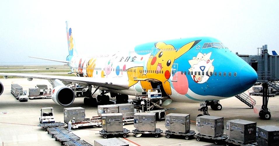 Personagens do desenho Pokémon ilustram o avião Boeing 747-400 da All Nippon Airways (ANA); o avental das aeromoças e os copos descartáveis a bordo também tinham essa estampa