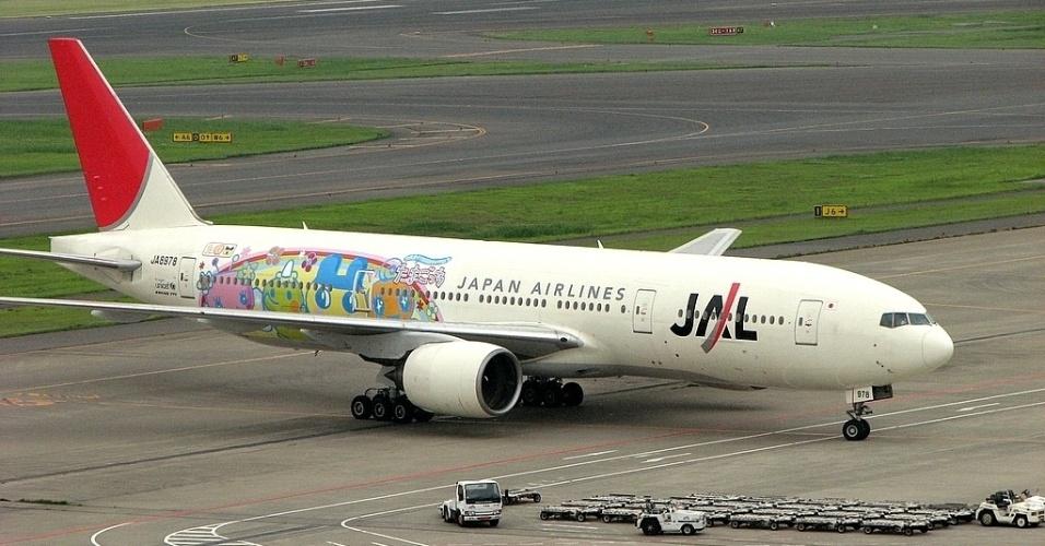 Personagens representando o bichinho virtual Tamagotchi ilustram o Boeing da Japan Airlines (JAL)