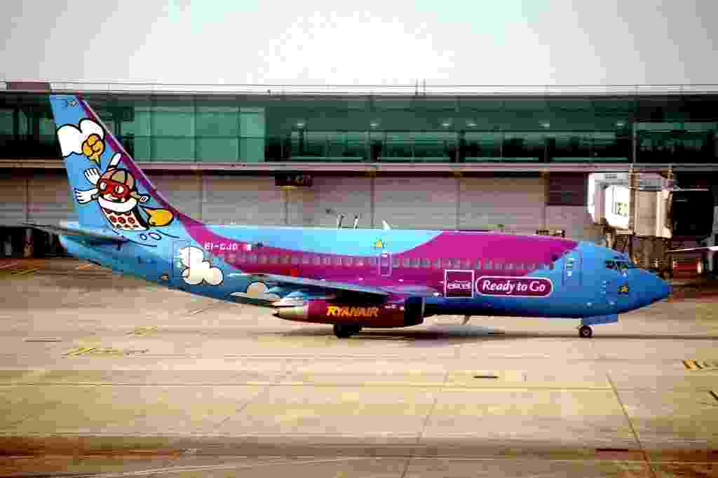 Propaganda da empresa de telefonia celular Eircell colore o avião da companhia aérea de baixo custo Ryanair - Aero Icarus/Flickr