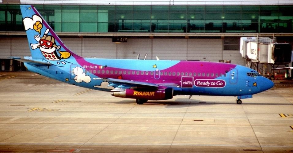 Propaganda da empresa de telefonia celular Eircell colore o avião da companhia aérea de baixo custo Ryanair