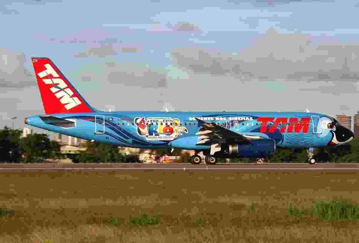 Também aqui no Brasil, a companhia aérea TAM pintou sua aeronave como a arara-azul Blu, numa promoção do filme Rio! - Divulgação/TAM