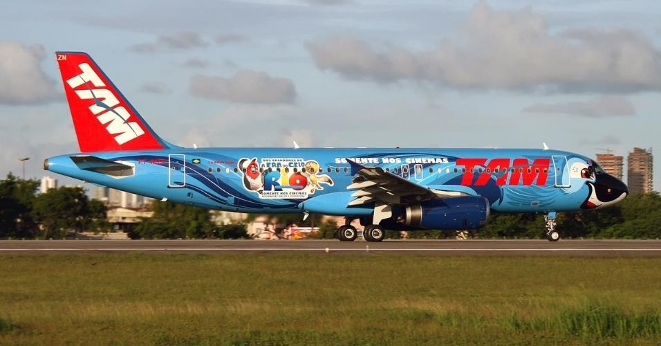 Também aqui no Brasil, a companhia aérea TAM pintou sua aeronave como a arara-azul Blu, numa promoção do filme Rio!