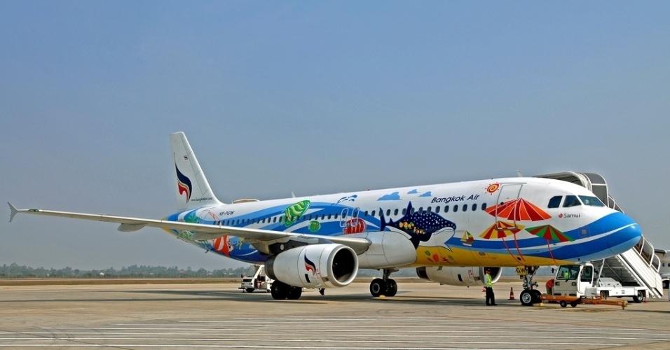 Uma paisagem de praia deixa mais colorida essa aeronave da Bangkok Air