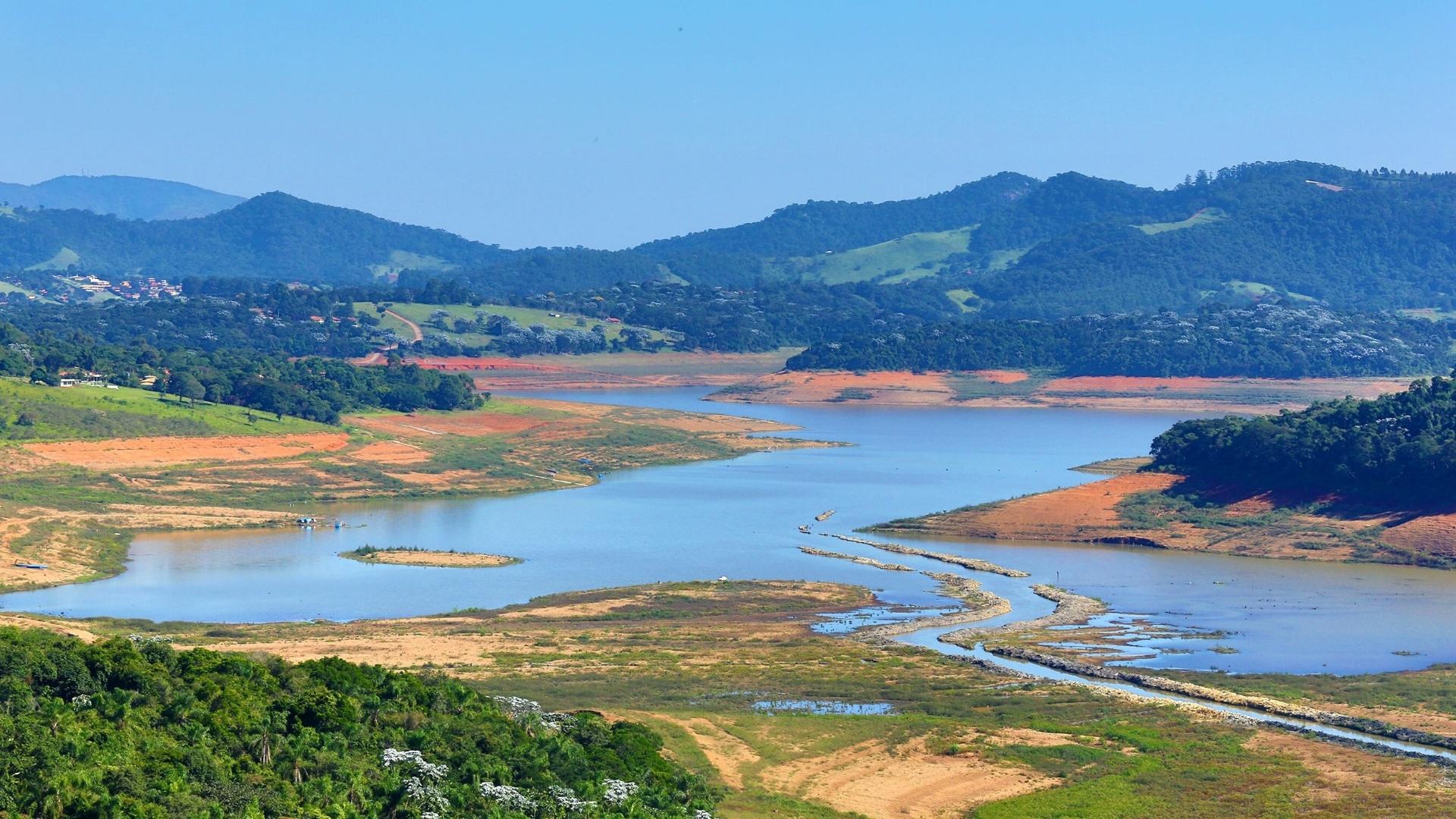 2.mai.2015 - A represa Jaguari-Jacareí, situada na cidade de Joanópolis (SP), compõe o sistema Cantareira, cujo nível voltou a cair neste sábado (2). O sistema tem metade da água que possuía um ano atrás
