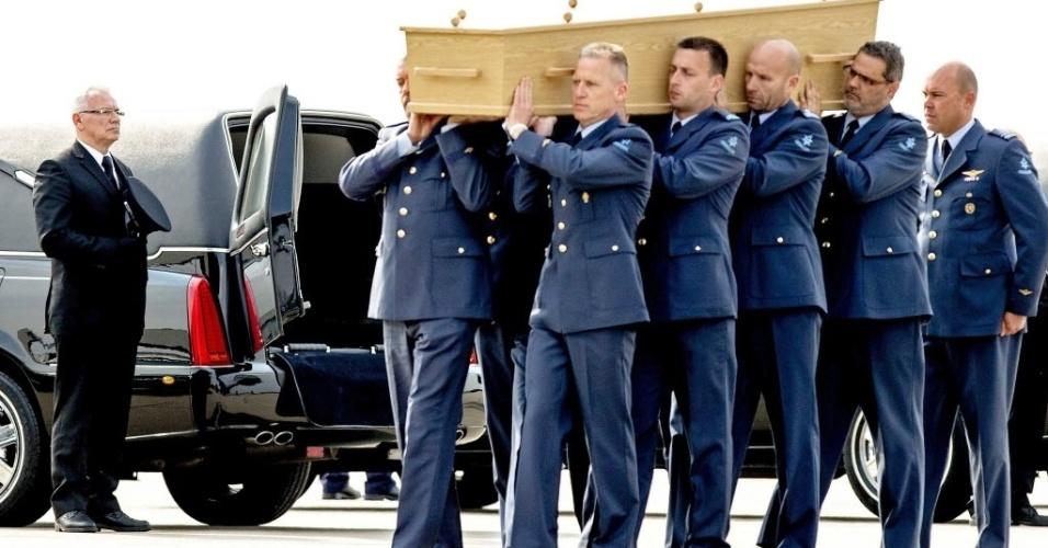 2.mai.2015 - Militares carregam os últimos restos de holandeses vítimas da queda do avião da Malaysia Airlines no leste da Ucrânia em julho de 2014. A aeronave, que transportava 298 pessoas, teria sido abatida. Os restos mortais foram recebidos na cidade de Eindhoven neste sábado (2)