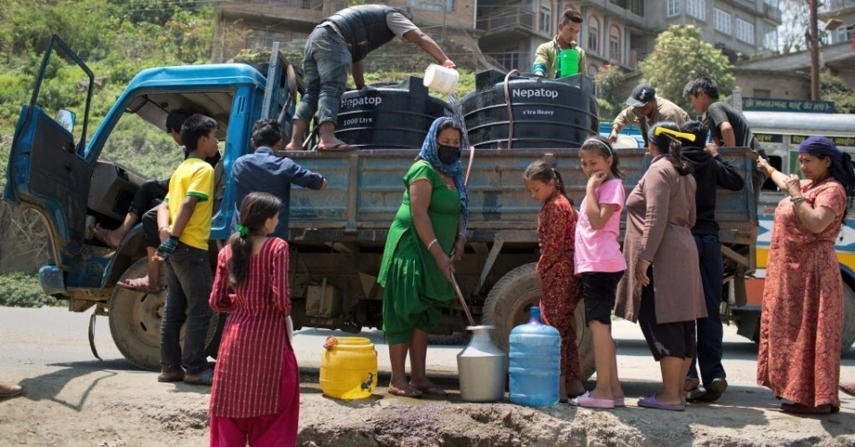2.mai.2015 - Mulheres fazem fila em um ponto de distribuição de água em Katmandu, capital do Nepal, neste sábado (2). O governo descartou a possibilidade de encontrar mais sobreviventes nos escombros. O terremoto matou mais de 6.700 pessoas e devastou o país
