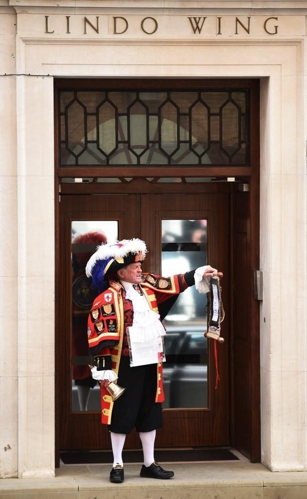 2.mai.2015 - Nascimento de Catherine, filha de Kate Middleton e do príncipe William, é anunciado em frente ao hospital de St. Mary, no centro de Londres, neste sábado (2). É o segundo filho dos duques de Cambridge. O primeiro, George, nasceu em 2013. Catherine nasceu com 3,7 quilos. Mãe e bebê passam bem