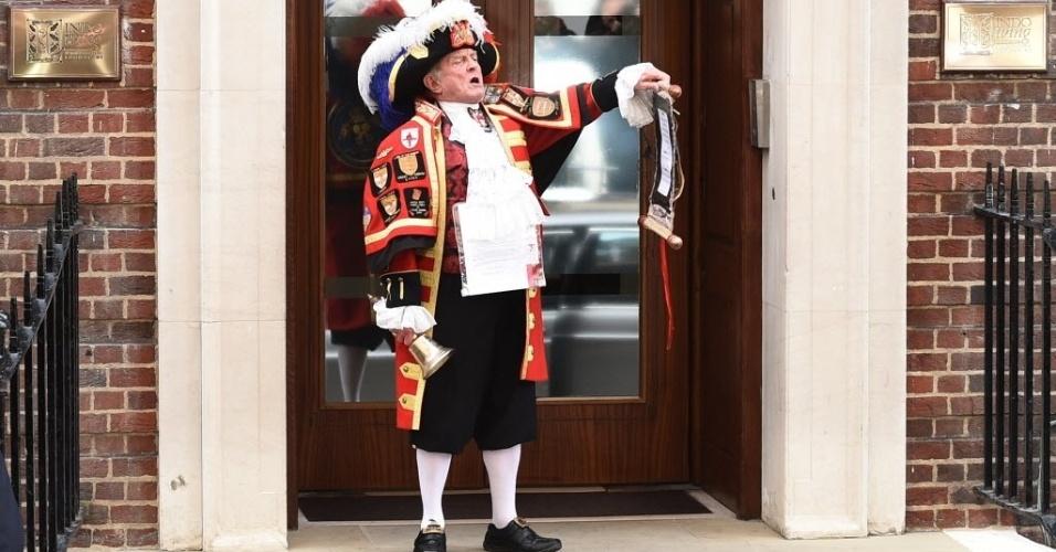 2.mai.2015 - Nascimento da filha de Kate Middleton e do príncipe William é anunciado em frente ao hospital de St. Mary, no centro de Londres, neste sábado (2). A bebê nasceu com 3,7 quilos. Mãe e filha passam bem. É o segundo filho dos duques de Cambridge. O primeiro, George, nasceu em 2013
