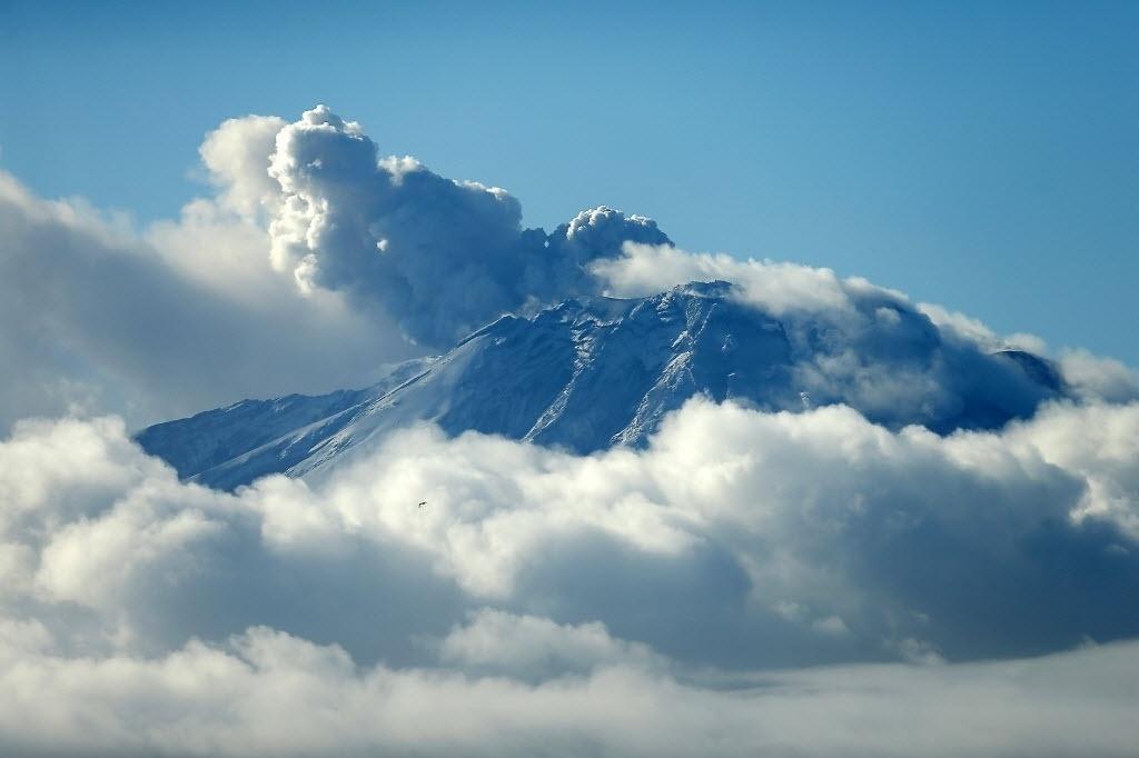 2.mai.2015 - O vulcão Calbuco envolto em fumaça neste sábado (2) na região de Los Lagos, no sul do Chile. O Serviço Nacional de Geologia advertiu que a erupção iniciada em abril pode se estender por vários meses