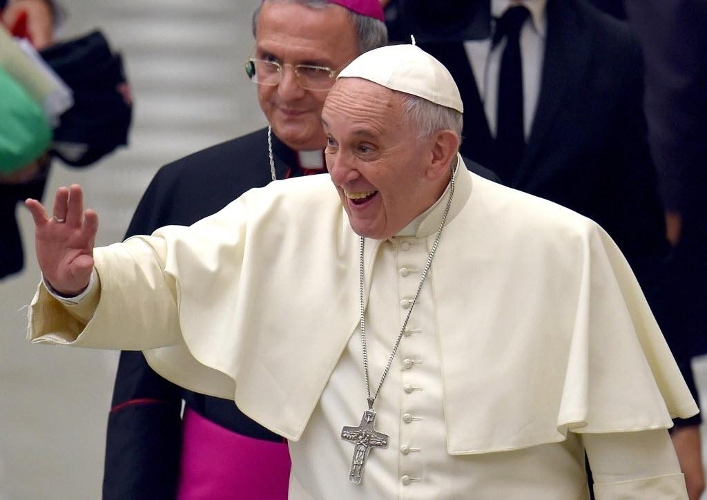 2.mai.2015 - Papa Francisco sorri e acena para fiéis ao chegar para uma audiência com membros da diocese de Isernia no Vaticano, neste sábado (2)