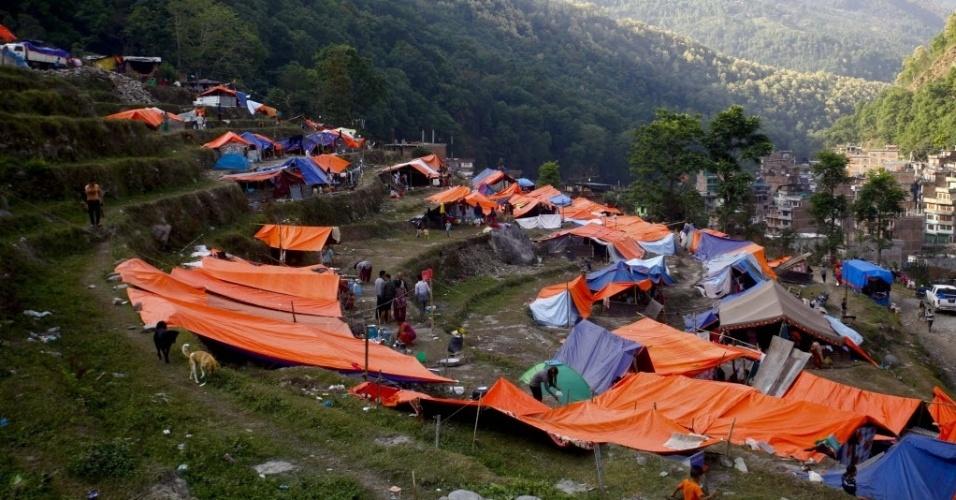 2.mai.2015 - Tendas foram montadas para abrigar sobreviventes desalojados pelo terremoto em Sindhupalchowk, no Nepal. O terremoto do último sábado (25) devastou o país, provocou a morte de quase 6.700 pessoas e deixou mais de 14 mil feridos